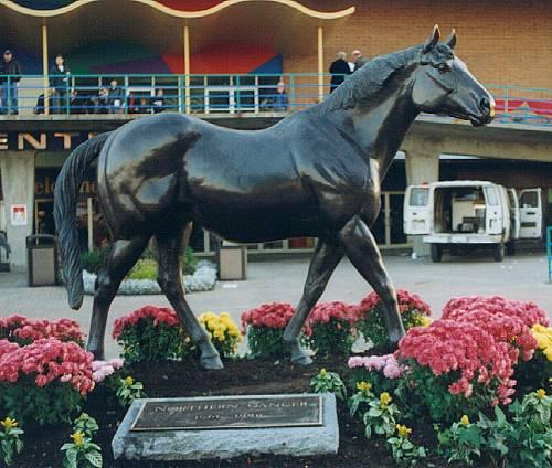 Фото памятника лошади по кличке Сухарь (Seabiscuit)