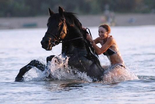 Картинки девушка с лошадью летом