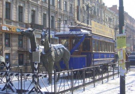 Памятник конке, установленный в Санкт-Петербурге