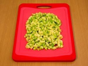 Авокадо почистить и мелко нарезать
