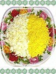 Яйца почистить, отделить белки от желтков, натереть на тёрке