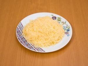 Сыр перетереть на мелкой тёрке