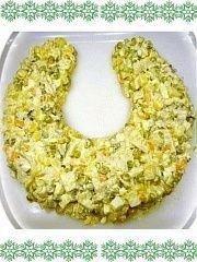 Выложить салат на тарелку в виде подковы