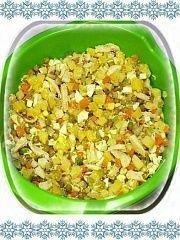 Все ингредиенты выложить в салатник, заправить майонезом и солью по вкусу, перемешать