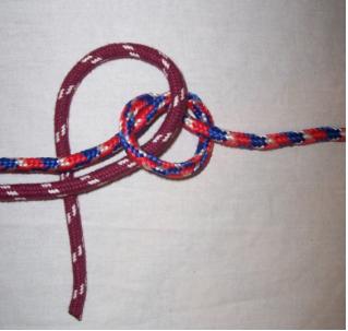 Веревка продета в узел при вязании двойного узла